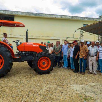 Gobernación invierte en el agro de Manatí: 71 máquinas picapasto para asociaciones
