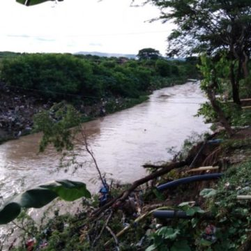 Cuerpos de rescate reactivan búsqueda de niño arrastrado por arroyo León