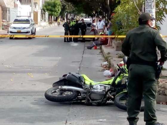 Heridos dos policías al estrellarse contra un camión cuando iba a atender un caso en Buena Esperanza