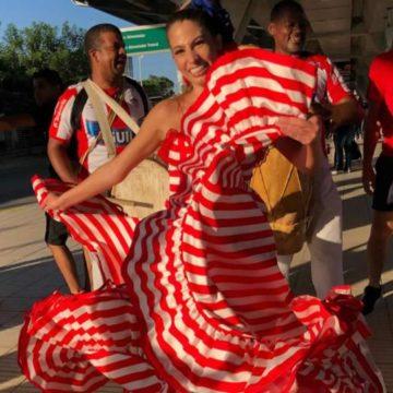 Con la pollera de la suerte, la Reina del Carnaval Isabella Chams se fue para el 'Metro' en Transmetro