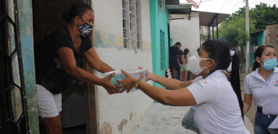 Primera Gestora Social, Ana Monsalve Álvarez, entrega ayudas a familias afectadas en el barrio El Manguito