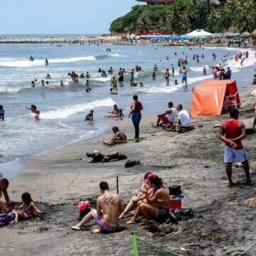 Por masiva presencia de bañistas, restringen acceso a playas de Puerto Colombia.