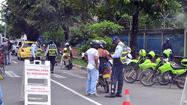 ¿Qué pueden hacer y qué no los policías de tránsito cuando me paran?