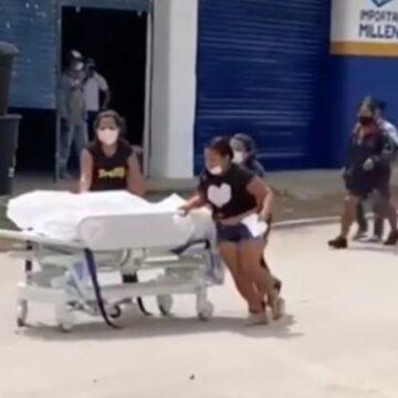 VIOLANDO TODOS LOS PROTOCOLOS DE BIOSEGURIDAD FAMILIARES SE LLEVAN  A LA FUERZA CADAVER DE UN HOSPITAL
