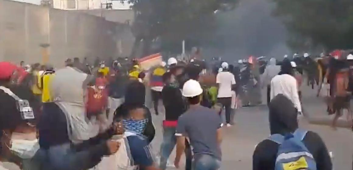 JOVENES MANIFESTANTES LANZAN BOMBAS CONTRA INSTALACIONES DE LA POLICIA METROLITANA DE BARRANQUILLA.