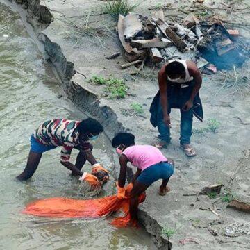EN LA INDIA EL RIO GANGES REBOSA DE FALLECIDOS POR COVID-19